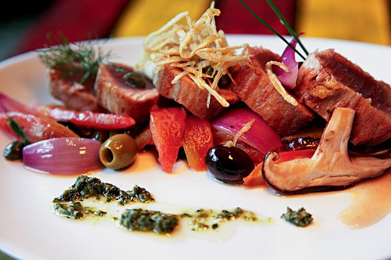 Atum selado na companhia de tomate confitado, cebola, cogumelo e azeitonas preta e verde