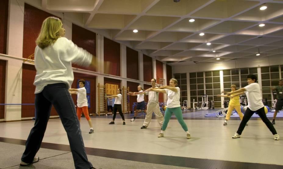 Aula de alongamento em ginásio adaptado para academia de ginástica durante reforma na unidade Sesc Consolação