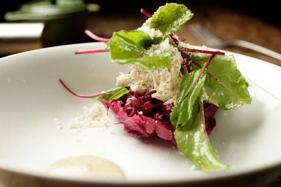 Salada de cubos de beterraba sobre radicchio com frango caipira desfiado e anchova