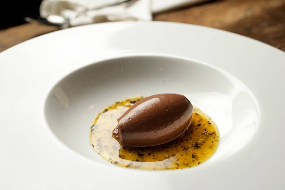 Ganache de chocolate na calda de maracujá batida com azeite
