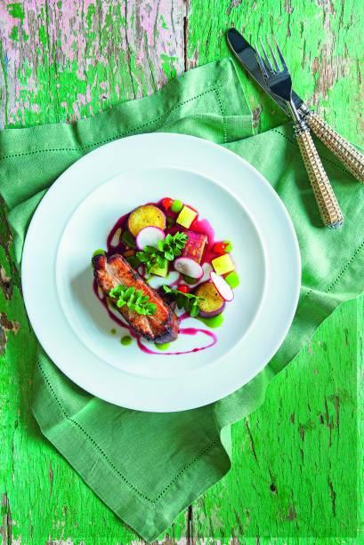 Costelinha: Desossada e servida com batata-doce, rabanete e abacaxi