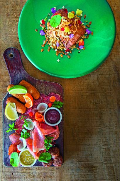 Tainha (acima): Na companhia de cuscuz de semolina com grãos, sementes e castanhasPorcaria (esq.): Mix de beliscos de carne de porco