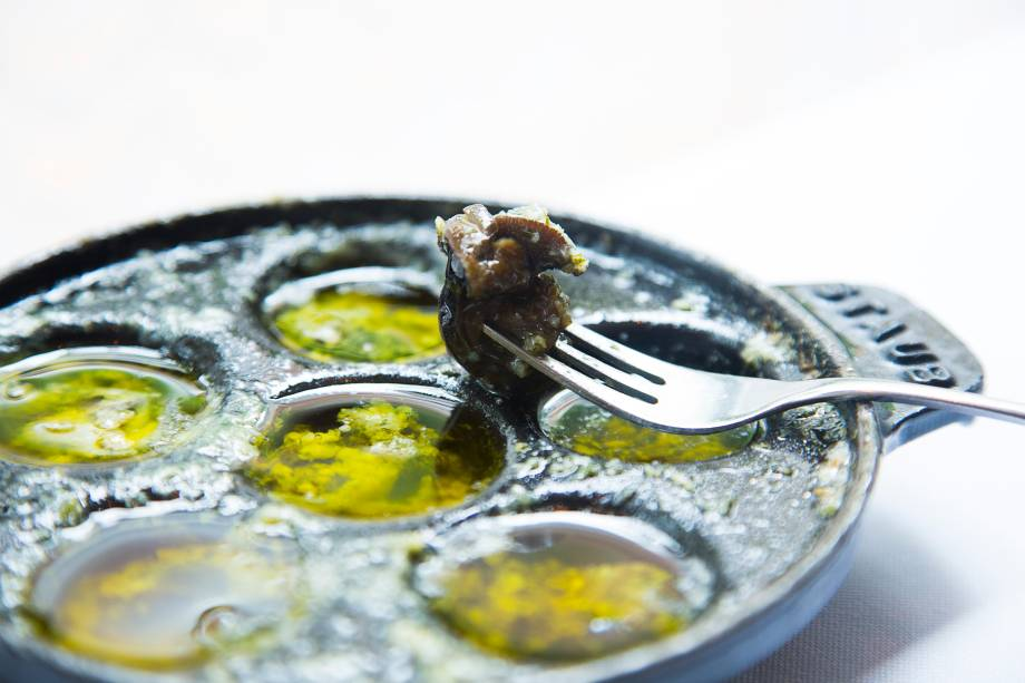 Escargots na manteiga de alho e salsa