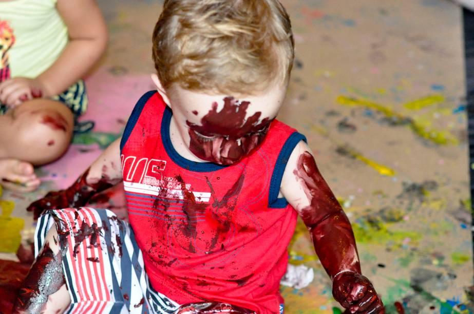 Alguns participantes realizam aquele desejo comum de se lambuzar em cores