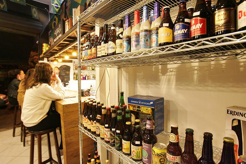 Além de serem armazenadas em geladeiras, as cervejas também encontram-se em prateleiras