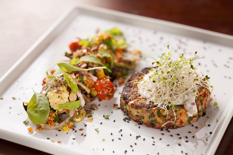 Hambúrguer vegetariano: feito com quinoa e grão-de-bico