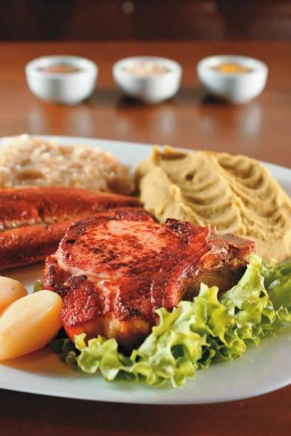 Kassler com linguiça de vitela, batata e purê de ervilha