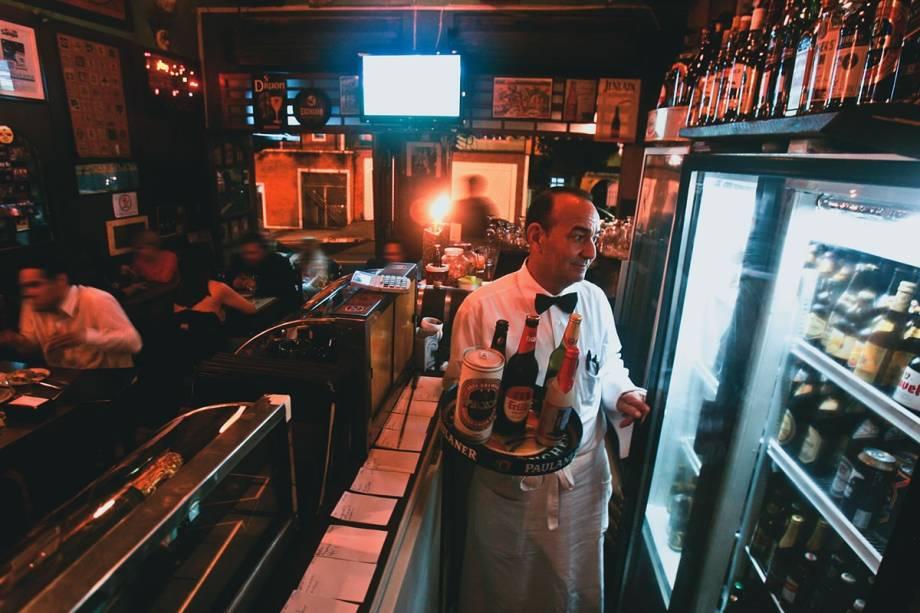 O escurinho salão do pequeno boteco do Ipiranga: 140 marcas reunidas em seis freezers