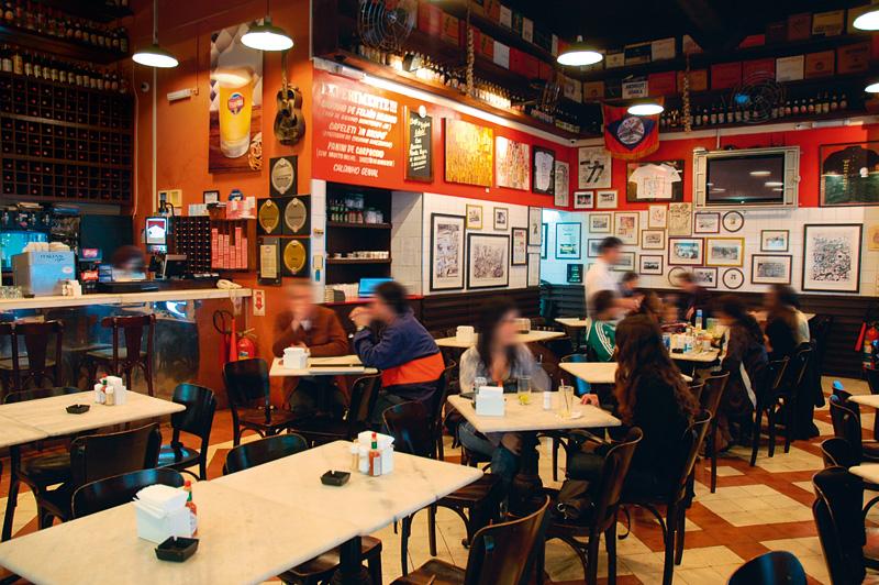 O amplo salão do bar