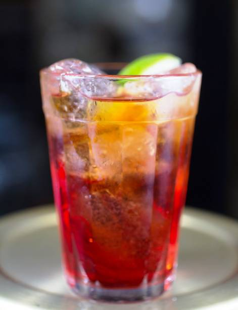 O negroni é servido em copo americano