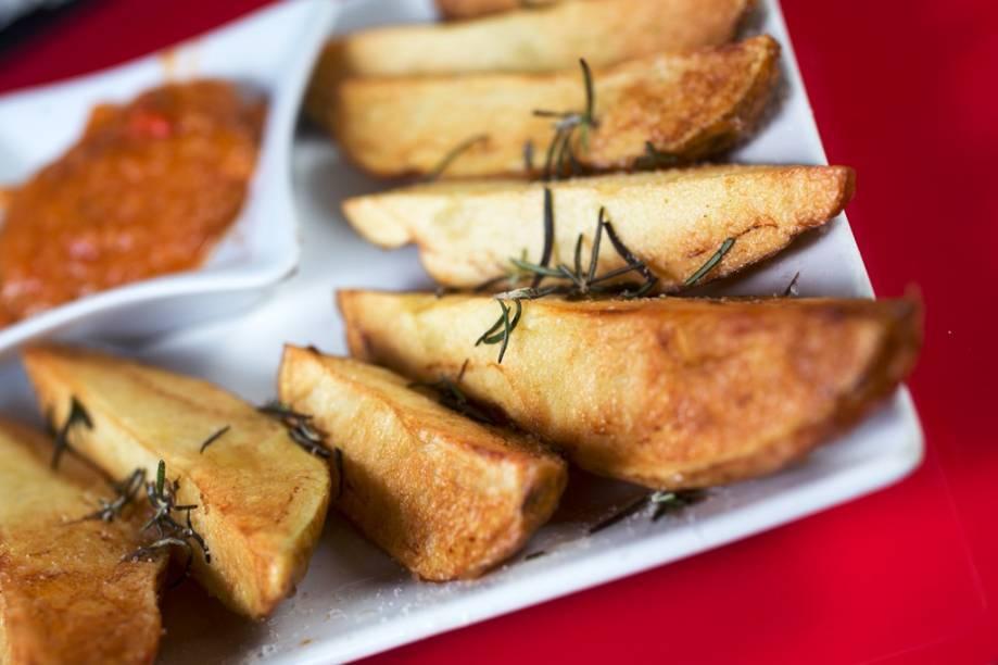 Para petiscar, vá de fritas gordinhas e crocantes ao molho de tomate pedaçudo e picante
