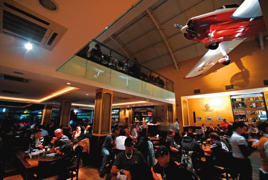 Salão do Bar Brahma Aeroclube: instalado dentro do Campo de Marte