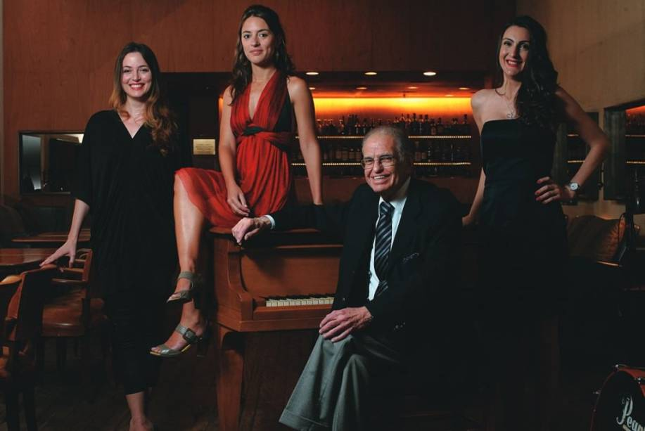 Lorena Lobato, Anna Setton, Mário Edison e Grazielle Carvalho: as cantoras e o pianista fazem apresentações diárias no Baretto
