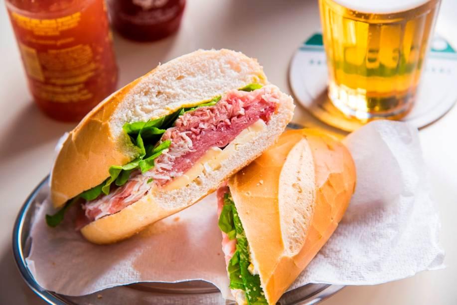 Presunto cru, queijo brie, mostarda de Dijon e rúcula compõem o sanduíche na baguete