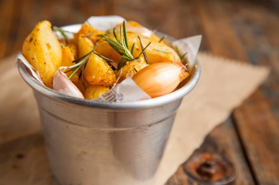 Na lista de acompanhamentos tem batata frita com alho e alecrim
