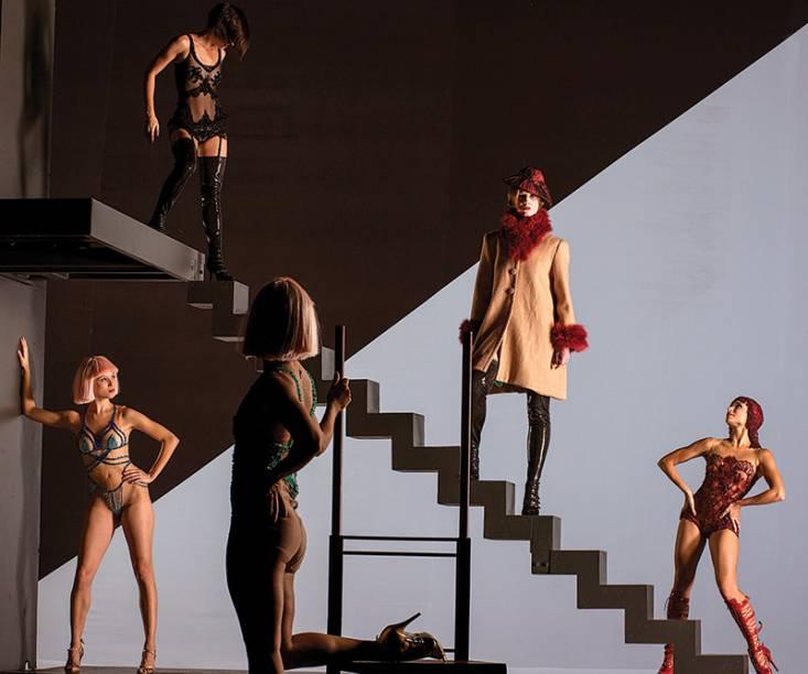 Cena da coreografa Belle, protagonizada por Amalia Alzueta (de casaco): figurinos ousados
