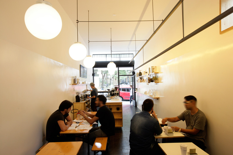Propositalmente minimalista, a cafeteria não tem frescuras no ambiente
