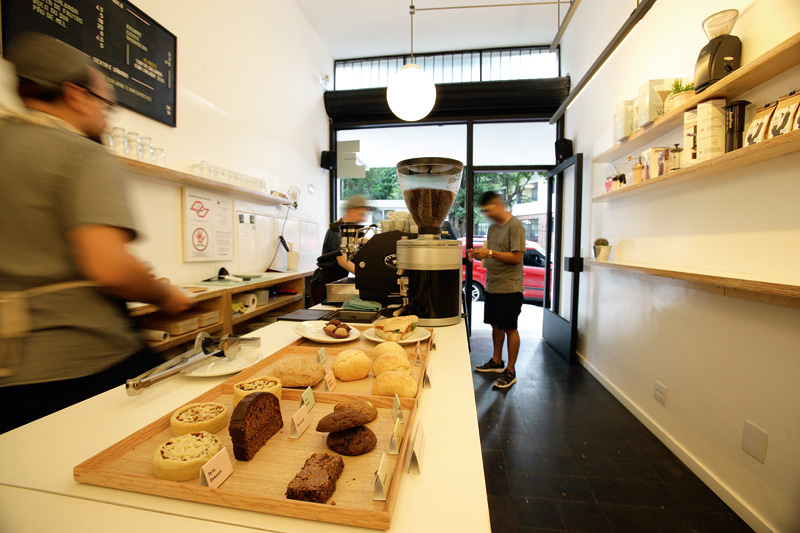 Os doces e salgados do dia: a loja tem ambiente simples e público descolado