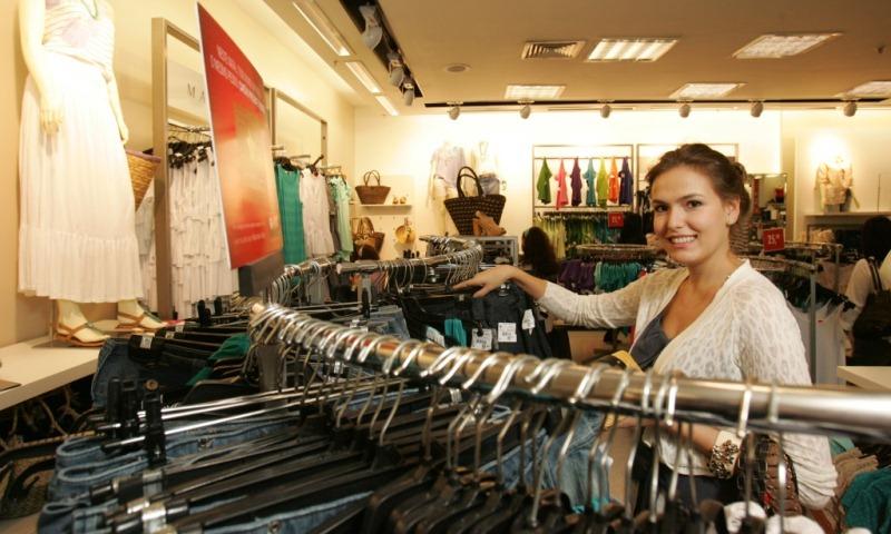 Bia Perotti, blogueira de moda, escolhendo peças para compor um look de verão nas Lojas Marisa