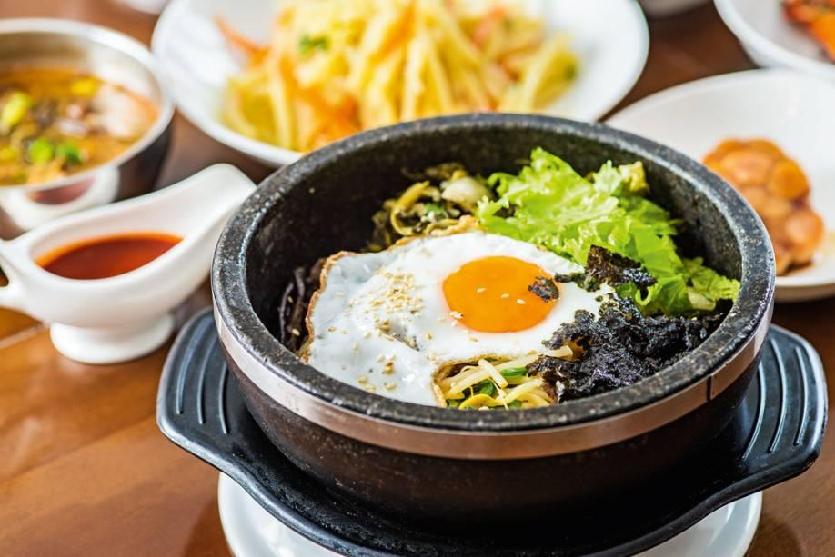 Bibimbab: mexido de arroz, carne, legumes e ovo na pedra quente