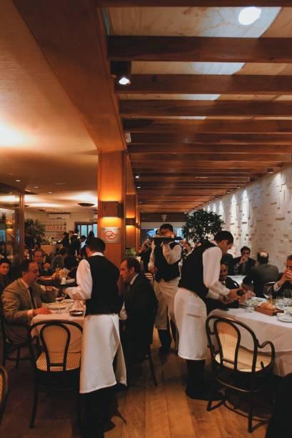 O elegante salão do italiano Tre Bicchieri: receitas do chef Rodrigo Queiroz