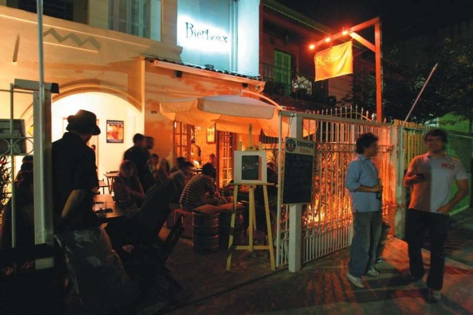 Lounge ao ar livre: área agradável, com guarda-sóis, fica logo na entrada