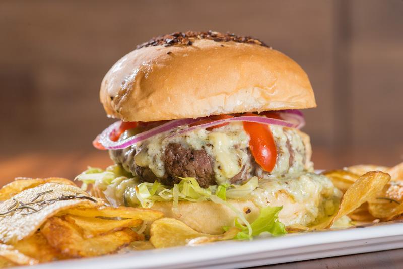 Hambúrguer com creme de gorgonzola e chips de batata