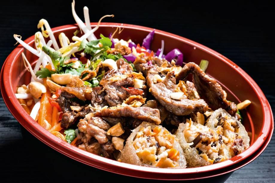 Aperitivo: carne bovina, alface, repolho, macarrãode arroz, broto de feijão, cenoura, pepino, amendoim e cebola frita