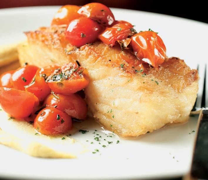Bacalhau em posta alta com purê de grão-de-bico e tomatinhos