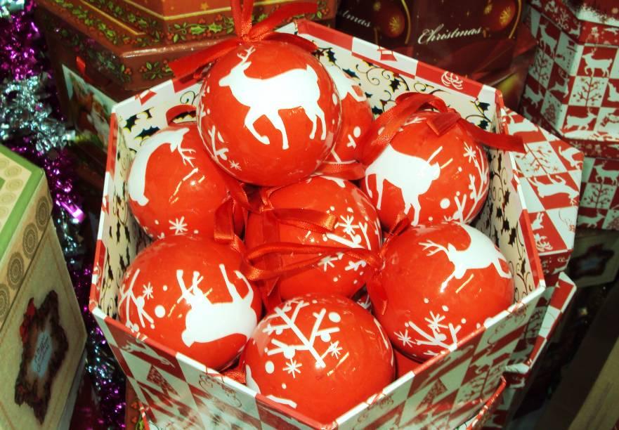 Caixa com 14 bolas de Natal estampadas, na Armarinhos Universal
