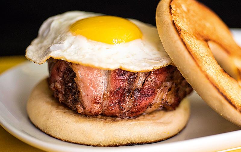 Bombom americano: hambúrguer enrolado em bacon (R$ 31,00)