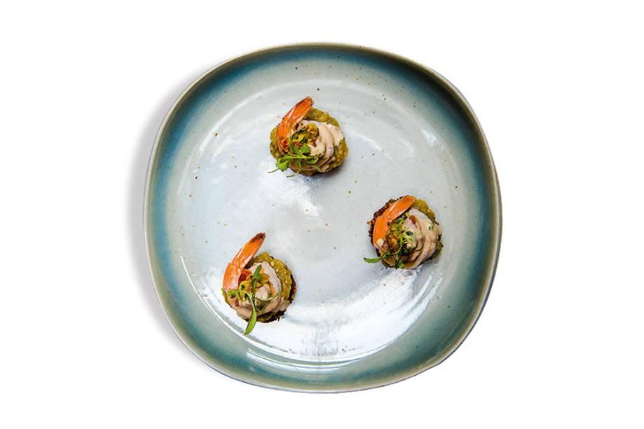 Acarajé de grão-de-bico: bolinho frito para ser coberta por patê de berinjela, camarão no vapor e brotos de coentro