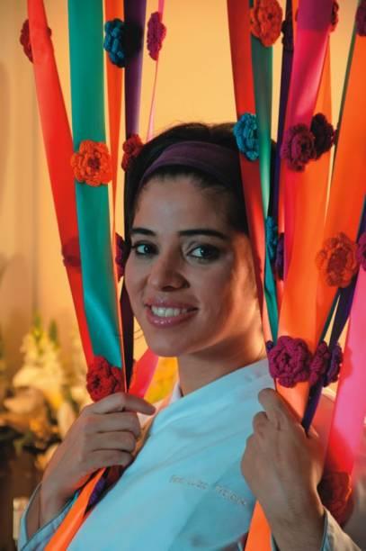 Objetos garimpados pela chef Ana Luiza Trajano, entre eles a cortina de fitas coloridas