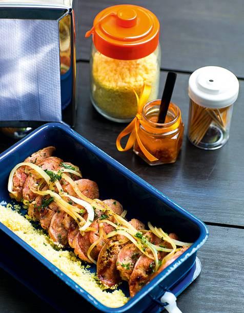 Linguiça na cachaça com farofa de polvilho: servida na marmita