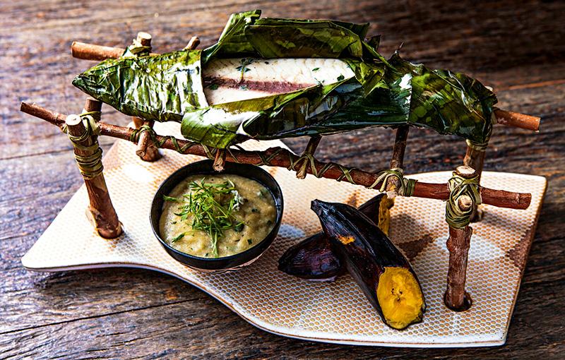 Pintado na folha de bananeira com banana assada e pirão