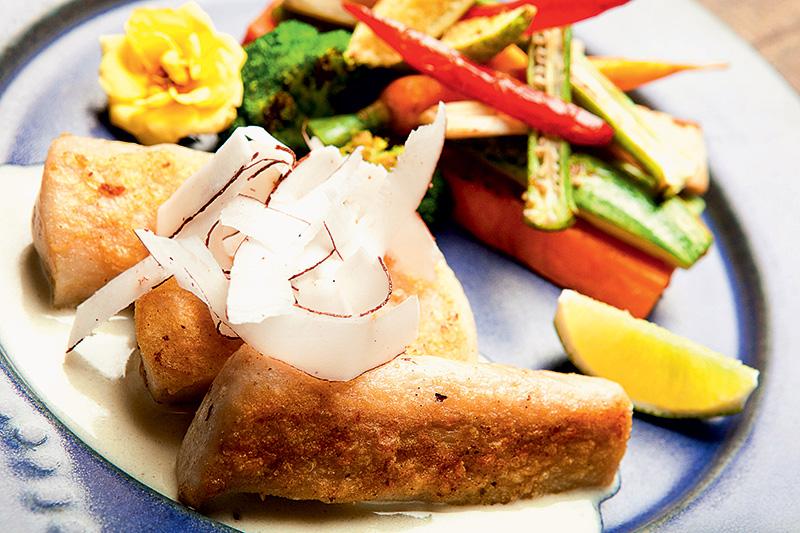 Pirarucu: grelhado ao molho de capim-limão, gengibre e coco, com fitas largas da fruta e legumes