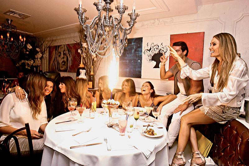Turma no Bagatelle, diante de sorvete com vela de faísca: jantar em clima de festa