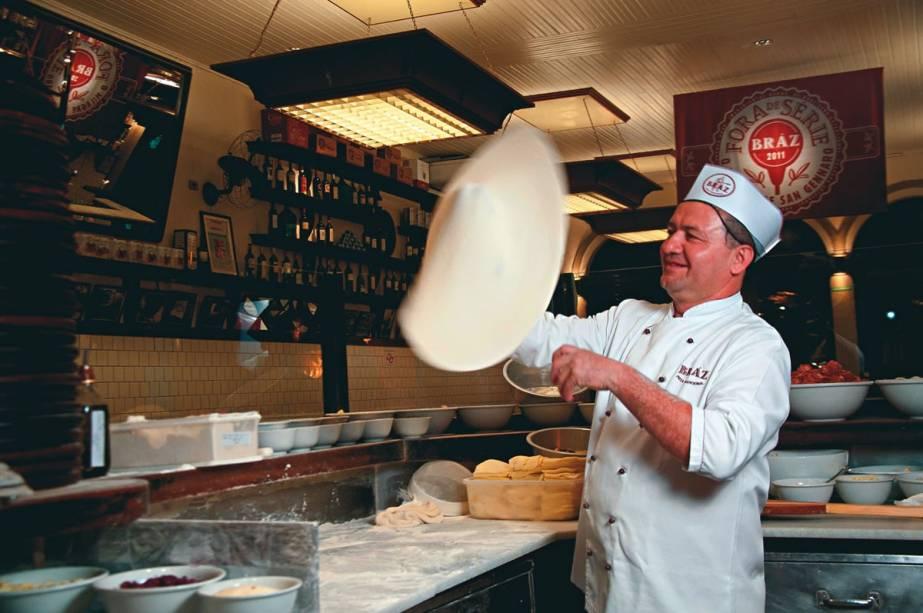 O habilidoso pizzaiolo Luiz Macedo: um dos responsáveis pelos discos de espessura média da Bráz