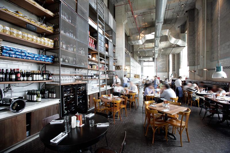 O restaurante ocupa a cobertura do Shopping Cidade Jardim, num belo salão de pé-direito de 12 metros