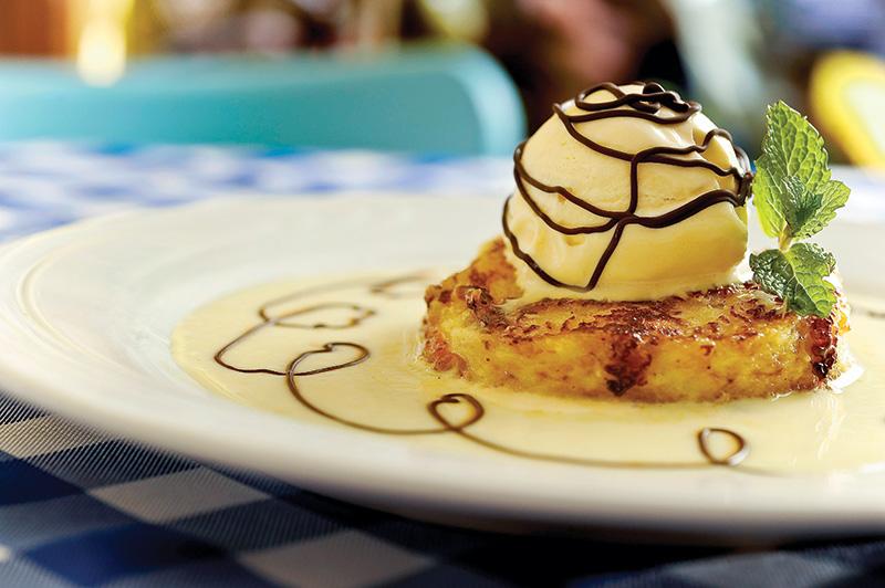 Rabanada à francesa: fios de calda de chocolate, o brioche dourado de fabricação própria vem coberto por sorvete de baunilha