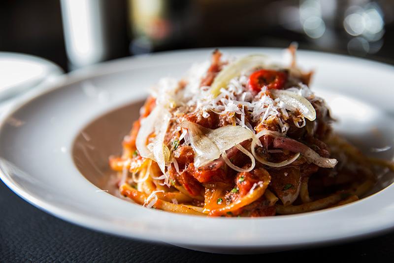 Das massas clássicas, não deixe de provar o bucatini alla matriciana, cujo molho leva tomate, guanciale e queijo pecorino