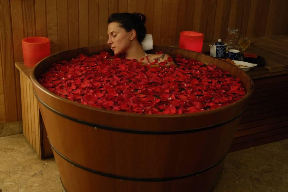 Banho de ofurô com pétalas de rosa no Buddha Spa