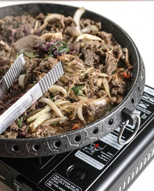 Feito na mesa em chapa metálica, o bul go gui, ou churrasco coreano, compõe-se de tiras de contrafilé ao molho agridoce