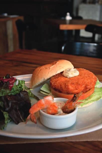 Shrimp burger: hambúrguer, feito de camarão e inhame, é finalizado por maionese de alcaparra