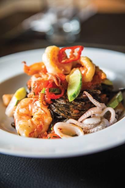 Tagliolini negro com frutos do mar