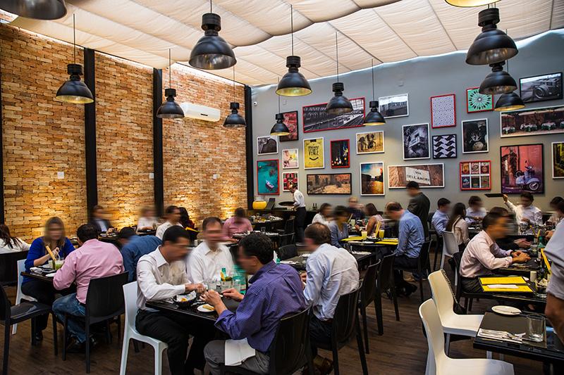 No salão moderninho funcionam restaurante, rotisseria, loja de vinhos, café e wine-bar