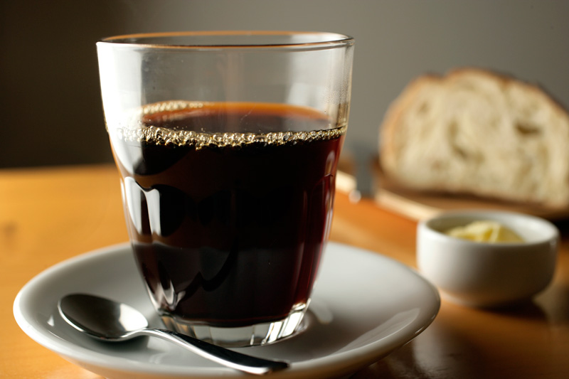 O café coado servido no copo