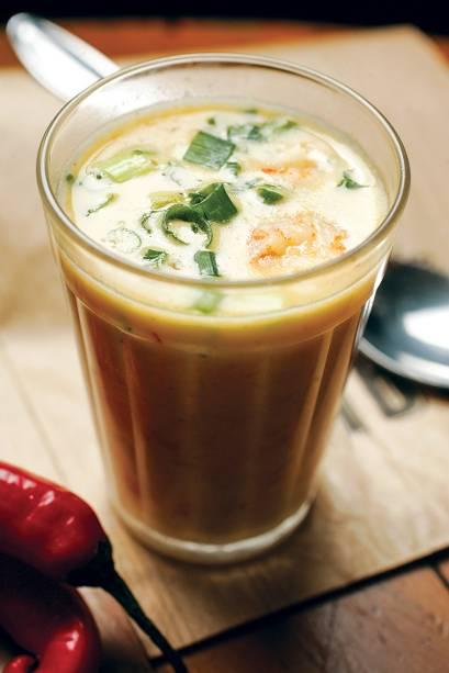 O caldinho de peixe e camarão tem toque de leite de coco