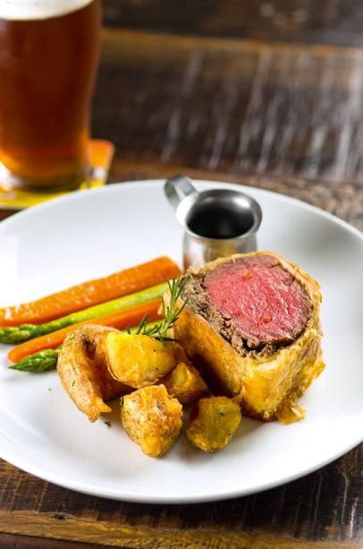 Beef wellington: filé-mignon envolto em massa folhada e uma camada de patê de cogumelos e trufas