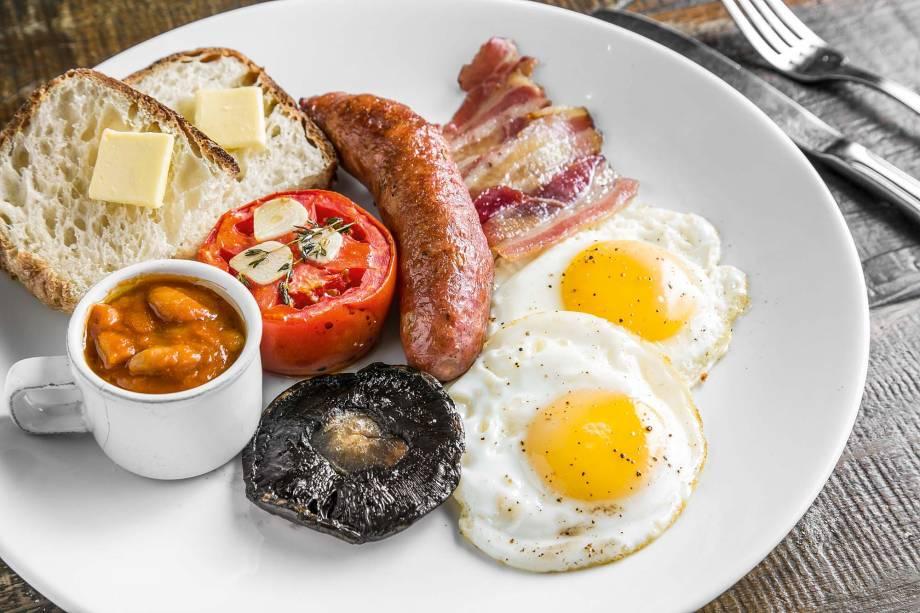 Café da manhã inglês: linguiças, bacon, cogumelo, tomate assado, ovo, bacon, feijão e torradas